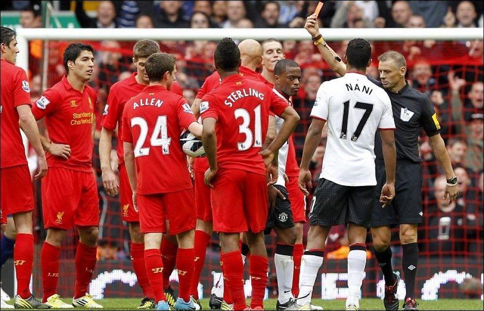 OMDISKUTERT: Mark Halsey, her med det røde kortet mot Jonjo Shelvey, var mannen alle snakket om etter oppgjøret på Anfield. Foto: Peter Byrne, PA Photos