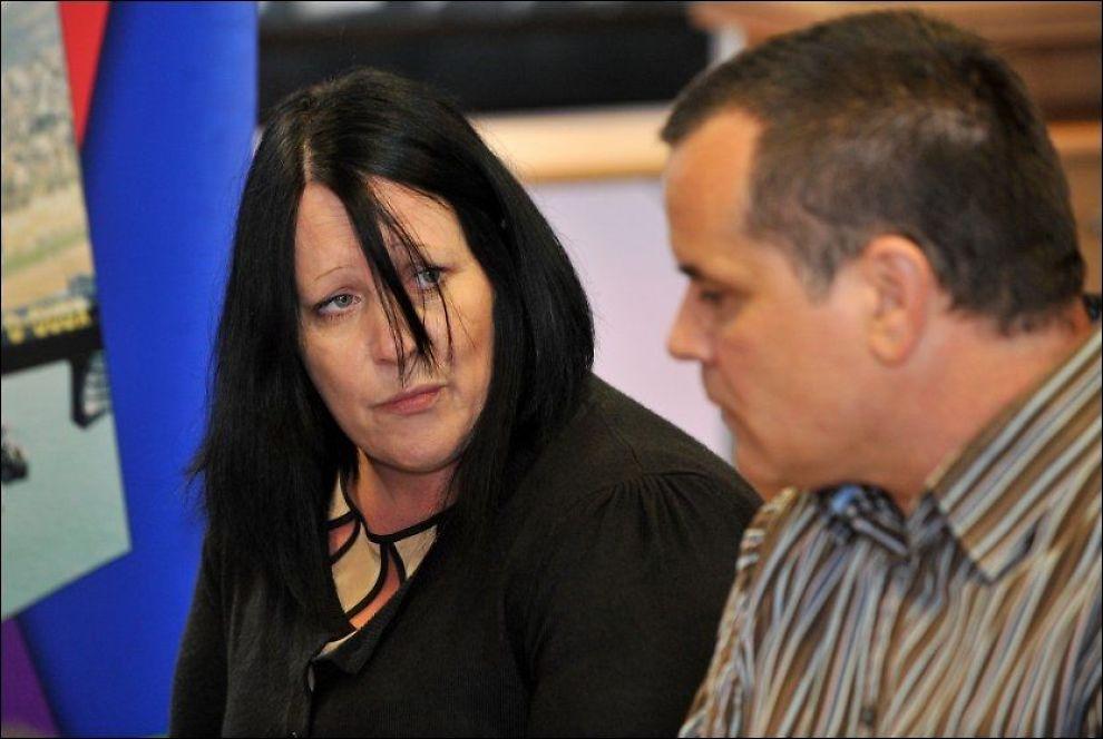 FORTVILER: Megan Stammers foreldre, Danielle Wilson og Martin Stammers på pressekonferanse i Sussex. Foto: BRITISK POLITI