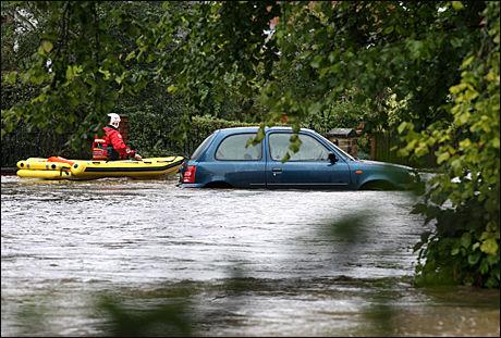 OVERSVØMMELSER: Flere steder i Storbritannia er rammet av oversvømmelser. Her fra byen Morpeth utenfor Newcastle, hvor elven Wansbeck rant over sine bredder. Foto: AP