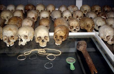 BEVART: Hodeskaller etter folkemordet i Rwanda ble vist frem i Nyamata-kirken i Kigali i Rwanda i 2006. Det ble også vist frem eiendeler fra ofrene og drapsvåpen. Foto: AP