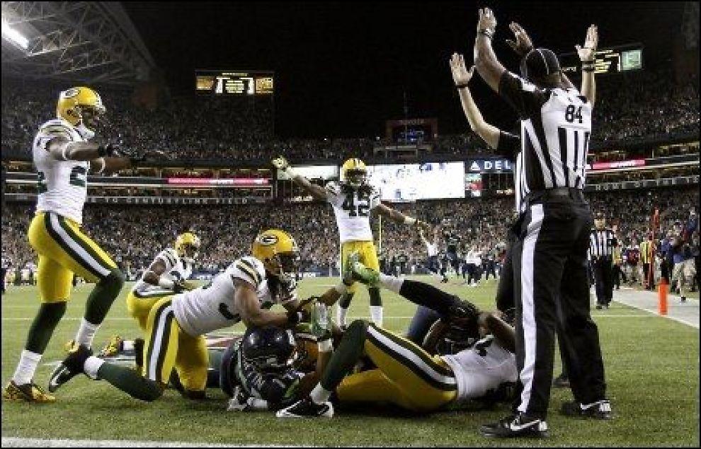 KONTROVERSER: Dommerne i NFL skaper reaksjoner. Her er de avbildet under oppgjøret mellom Seattle Seahawks og Green Bay Packers i natt. Foto: John Lok, AP