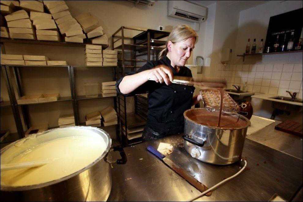 SJOKOLADEHIMMEL: - Det dufter vidunderlig, sier chocolatier Benita Hyldegaard. Foto: PAAL AUDESTAD