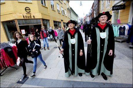 KULTURGUIDER: Jørgen Jensen og Henning Lorentsen synes guidejobben er en fest. Foto: PAAL AUDESTAD