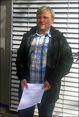 DØMT: Vannskuter-entusiasten med dommen i hendene. Han er dømt til å betale tusen kroner mer enn han først fikk i bot. Foto: Eva-There Grøttum