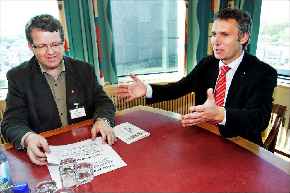 PRESSES UT: Statsminister Jens Stoltenberg er sjokkert over det som har kommet fram i retten i Vågå-saken fredag. Nå tar han initiativ for at Rune Øygard kan bli presset ut av ordførerposisjonen. Her er Øygard (t.v.) og Stoltenberg på kontoret til statsministeren i mai 2007. Foto: Frode Hansen / VG