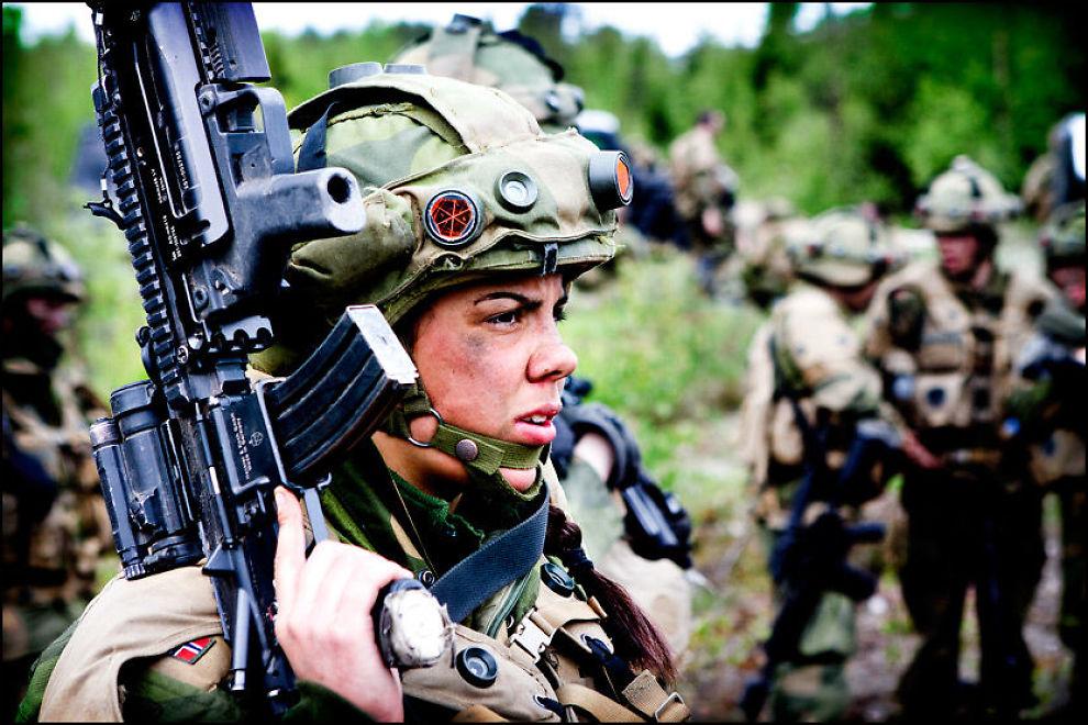 KAN BLI FLERE: I 2010 var det 608 kvinner som fullførte førstegangstjenesten i Forsvaret. Dette tallet kan øke betydelig dersom det innføres verneplikt for kvinner i Norge. Foto: Jørgen Engeset, FORSVARET