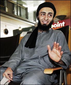 PÅ VEI UT: Her forlater Mohyeldeen Mohammad Norge, etter oppstusset under karikaturdemonstrasjonen i 2010. Foto: FRODE HANSEN / VG