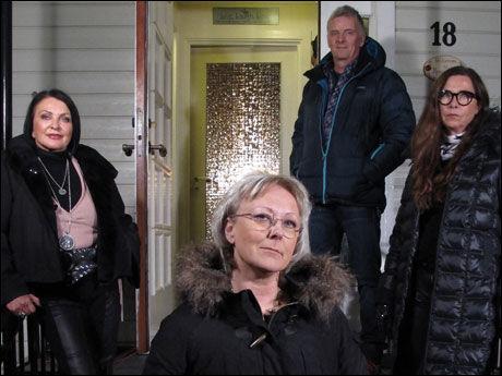 HELE STABEN: Lena Ranehag i forgrunnen foran det aktuelle huset i Fredrikstad. Bak f.v: Lilli Bendriss, programleder Tom Strømnæss og Gro-Helen Tørum. Foto: TVNorge