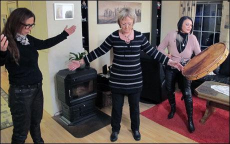 I AKSJON: Gro-Helen Tørum, Lena Ranehag og Lilli Bendriss i kveldens episode av «Åndenes makt» Foto: TVNorge