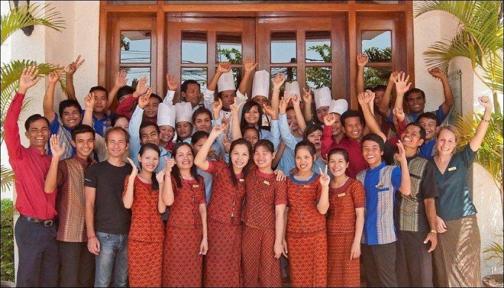 BLIDE OG STOLTE: Her er staben på norsk-byggede Soria Moria i Siem Reap, tett på de verdenskjente Angkor Wat-tempelruinene. Igjen har de fått en høythengende internasjonal pris for hjelpearbeidet de gjør blant fattige og trengende. Overskuddet fra hotelldriften går til barnehjem, vann-prosjekter og hjelp til mineofre. Foran til høyre norske Kristin Holdø Hansen. Foto: Privat