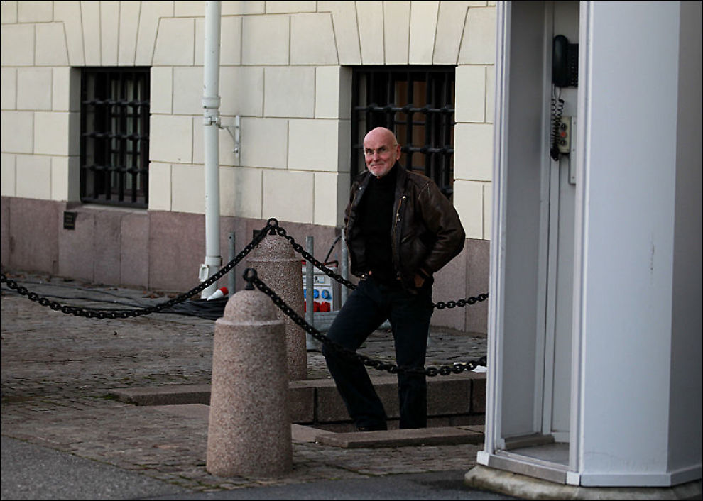 TAUS: Trond Ali Linstad kom ut fra hastemøtet med Slottet like etter klokken 15.40 torsdag ettermiddag, men ville ikke gi noen kommentarer. Foto: Frode Hansen
