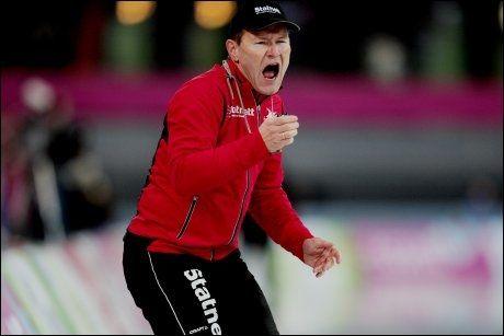 HAR TROEN: Trener Jarle Pedersen på isen under et verdenscupløp i Vikingskipet på Hamar. Foto: NTB Scanpix