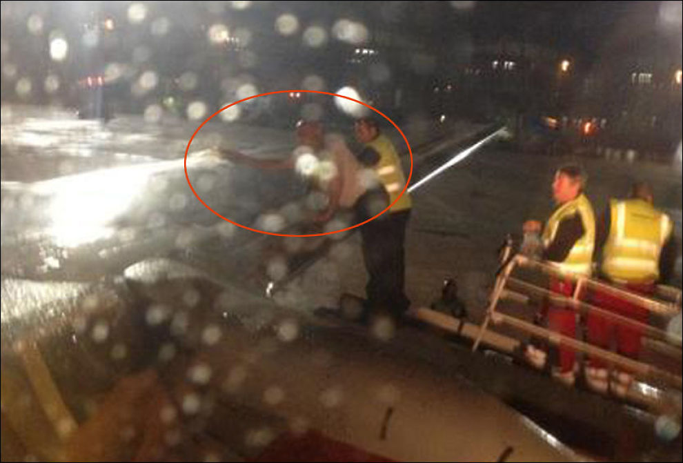 HELLER BRENNEVIN: Her heller flykapteinen seks liter whisky over vingeområdet på flyet. Foto: LINDA APELAND