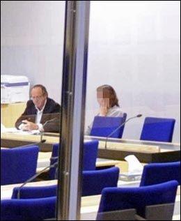 NEKTER SKYLD: Her er kvinnen avbildet i forbindelse med et fengslingsmøte i Göteborg tidligere i høst. Kvinnen nekter straffskyld etter tiltalen for likskjending. Foto: Roger Lundsten / Aftonbladet