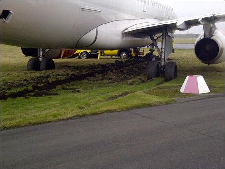 PÅ GRESSET: SAS-flyet står nå på et gressområde, utenfor rullebanen. Foto: 2200-tipser
