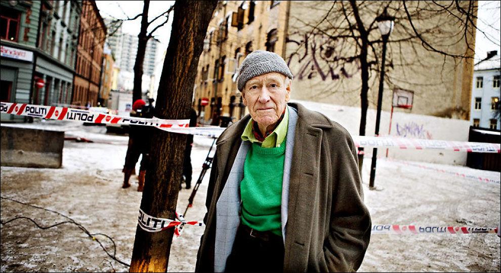 SIKTET: Her er milliardær Olav Thon (89) avbildet på brannstedet dagen etter brannen. Foto: MARTE VIKE ARNESEN