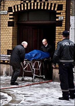 SEKS DØDE: Her bæres en av de omkomne ut av utleiegården. Foto: MARTE VIKE ARNESEN