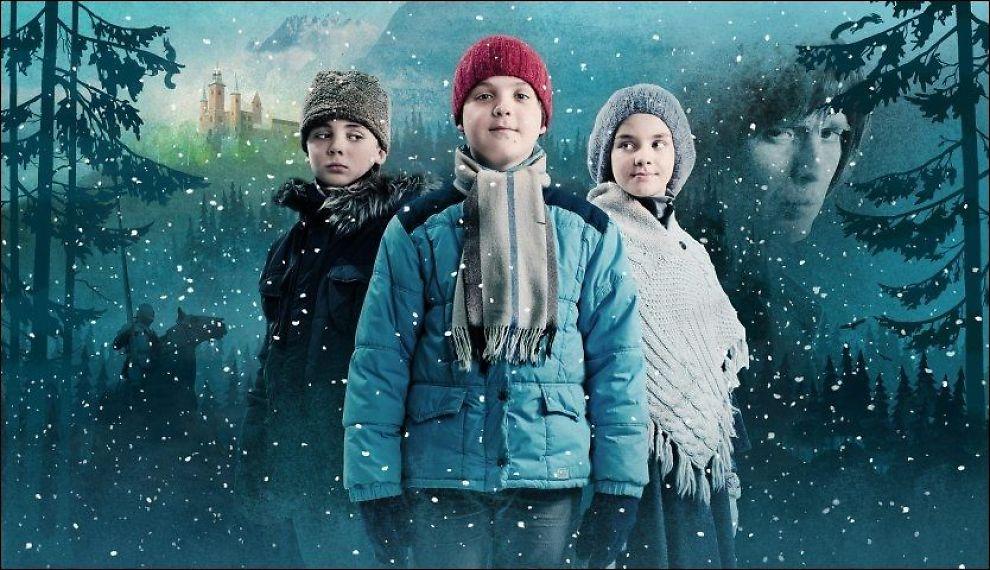 MAGISK: Vetle Qvenild Werring (midten) har hovedrollen som Kevin i «Julekongen». Her flankert av Oscar Reistad Fosse som spiller plageånden Peder - og Emma Rebecca Storvik som spiller Eiril - som veldig gjerne vil være venn med Kevin. Foto: NRK