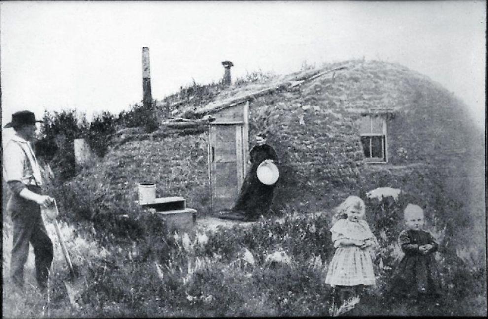 VARM TORV: De levende skildringene av utvandrernes møte med den amerikanske virkeligheten gjør sterkest inntrykk i bind 2 av Sverre Mørkhagens «Drømmen om Amerika». Her torvhuset til John Bakken i Cavalier County i Nord-Dakota, rundt 1880. Foto: NORSK UTVANDRERMUSEUM