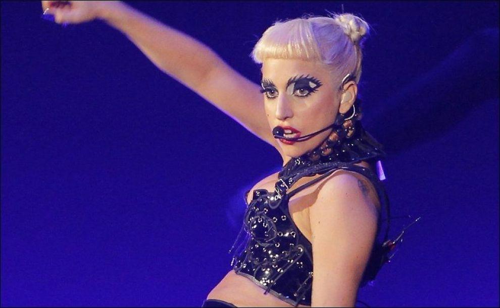 GREIT: Jeg har en gnagende følelse av at hun er en mindre interessant popartist enn mange av oss hadde håpet på, skriver VGs anmelder om Lady Gaga. Her fra en konsert i Tokyo i fjor. Foto: AP