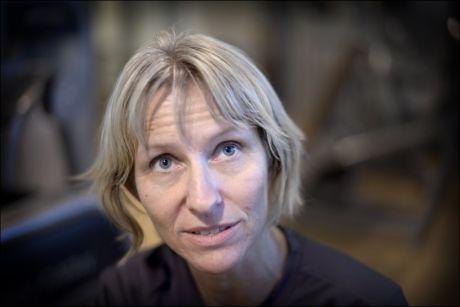 NUMMEN: Det nye rundskrivet fra NAV skaper nummenhet og usikkerhet hos Berit Rasmussen Øie. Med døvblindhet er hun ikke bare avhengig av hjelp til å ha en samtale, men også til å få beskrevet det som skjer rundt henne. Foto: ROBERT S. EIK/VG