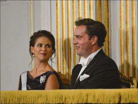 STRÅLTE SAMMEN: Prinsesse Madeleine og Chris O'Neill så ut til å kose seg på høytidelig tilstelning i Stockholm tidligere i uken. Foto: Foto: Scanpix Sweden