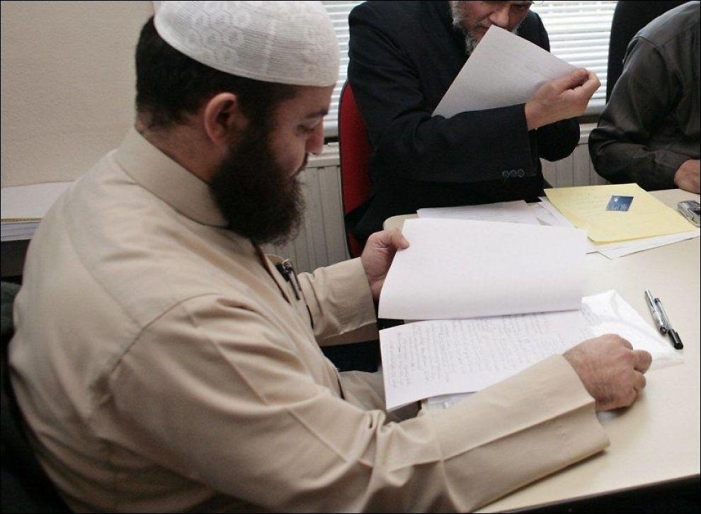OMSTRIDT GJEST: Sharia-eksperten og predikanten Haitham al-Haddad besøker Norge før jul. Her er han i arbeid ved Storbritannias sharia-råd, som håndhever islamsk lov basert på en frivillig ordning. Foto: AFP