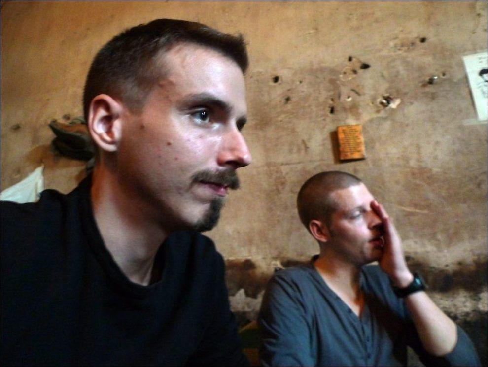 DØMT FOR DRAP: Joshua French og Tjostolf Moland på cella i sentral-fengslet i Kisangani i januar i 2011. Foto: Helge Mikalsen