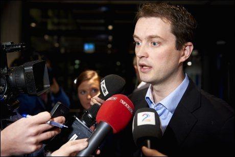 SISTE NYTT: Statoils pressetalsmann Bård Glad Pedersen møtte pressen i Statoils hovedkvarter på Forus i Stavanger fredag morgen. Foto: Kent Skibstad / NTB scanpix