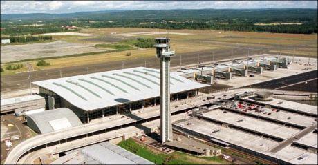 SIGNALBYGG: Terminalbygget på Gardermoen er mange ganger blitt framhevet som det beste av norsk byggekunst. Nå får det altså reklame på fasaden. Foto: Scanpix
