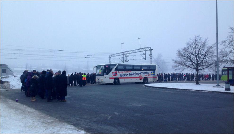 I KØ: Et stort antall passasjerer har måttet tilbringe morgenstunden på Ski stasjon i ned mot 15 minusgrader fredag morgen. Foto: PATRIK EIAN FJELDSTAD, VG