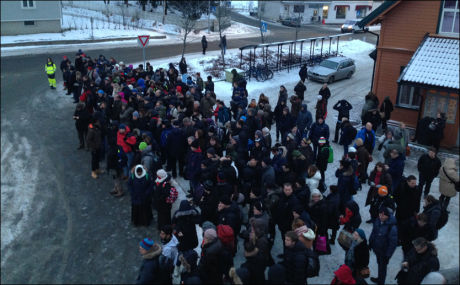 VENTER: På Vestby stasjon står mange passasjerer og venter på busstransport. En signalfeil gjør at tog på Østfoldbanen ikke kan kjøre inn på Ski stasjon, på vei mot Oslo. Foto: PATRIK EIAN FJELDSTAD, VG