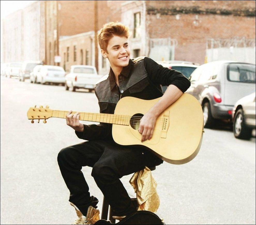 GUTTEN OG GITAREN: Justin Bieber prøver seg som gitarkamerat på sin nye plate, uten særlig hell ifølge VGs anmelder. Foto: Universal Music