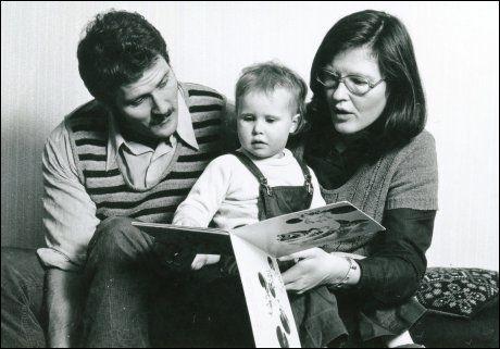 MAMMA OG PAPPA: Foreldrene har alltid støttet Ingrid Lorentzen i hennes karrierevalg. Her er et barndomsbilde av ballerinaen sammen med faren Harald og moren Rutt. Foto: PRIVAT