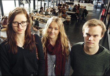 TRENGER LÆRER: Norsk skole bør ikke være bekjent av alle de lærerløse timene i videregående, mener elevene Ellen Filmberg, Mia Holmsen og leder Axel Fjeldavli i Elevorganisasjonen.