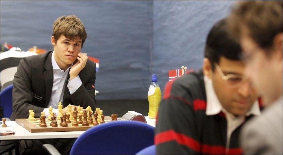 RIVALER: Magnus Carlsen har sikret seg treneren til verdensmester Vishy Anand (i striper). Her er det to fotografert i nederlandske Wijk aan Zee sist uke. Foto: Ole Kristian Strøm, VG