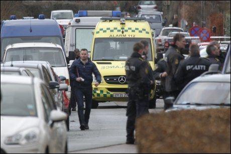 STORE STYRKER: Her ankommer nødetatene åstedet for tirsdagens attentatforsøk. De jakter fremdeles på gjerningsmannen. Foto: AP
