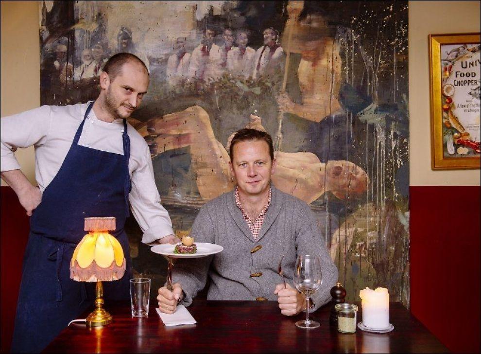 TROR PÅ HEST: TV-kokk og restauranteier Andreas Viestad serverer hestetartar på sin restaurant St. Lars i Oslo. Her blir han servert av Yann Manceau. Foto: KRISTIAN HELGESEN