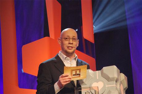 PRISUTDELER: VG-journalist Rune Fjeld Olsen deler ut pris på Gullstikka 2007. Foto: ANDERS LINDHOLM/GULLSTIKKA