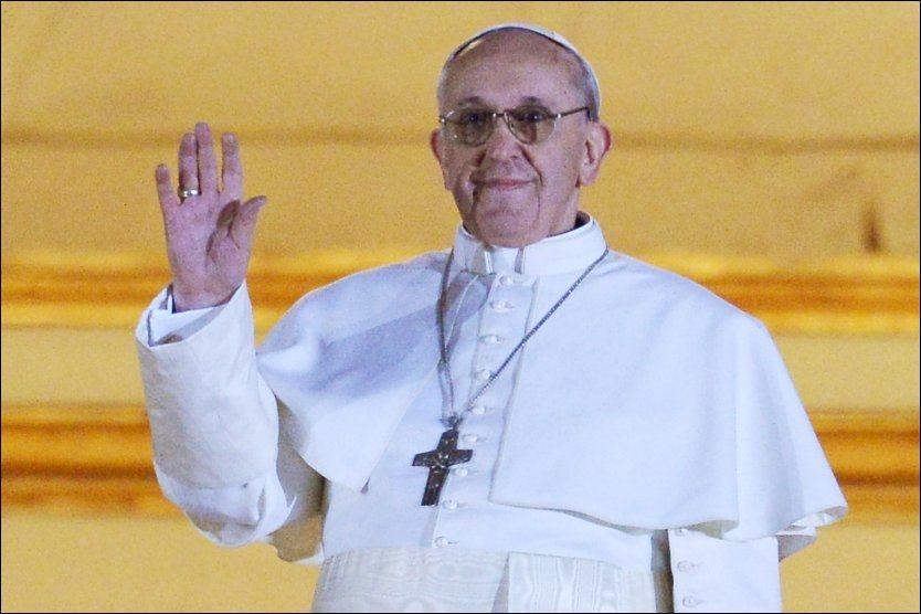 MØTTE FOLKEHAVET: Over 43 år etter at han ble presteviet ble Jorge Mario Bergoglio valgt til Den katolske kirkes  nye åndelige leder. Foto: AFP