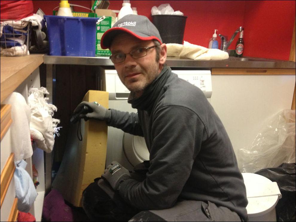 ROTTEJAKT: Skadedyrteknikker Bjørn Dørum i Rentokil fant også spor av rotter på vaskerommet i barnehagen. Foto: NATALIE REMØE HANSEN