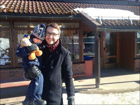 HENTETUR: Bård Jørgensen er glad han har fleksitid slik at han kunne hente Tias (3) fra barnehagen. Foto: NATALIE REMØE HANSEN
