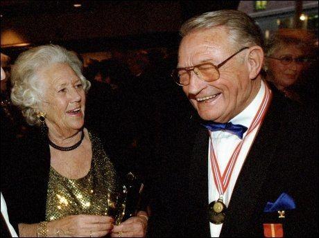 MÅTTE SKJERMES MED KONA: Hjalmar Andersen og kona Gerd, her avbildet i 1998, måtte isoleres fra OL-troppen i 1952. Kona Gerd døde i 2004. Foto: Tom-Egil Jensen, VG