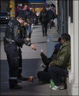 OMSTRIDT: Meldeplikt for tiggere ble innført i Drammen i påsken. De to som sjekkes her hadde begge registrert seg, og frotalte VG at de aksepterte de nye reglene. Foto: Frode Hansen/VG
