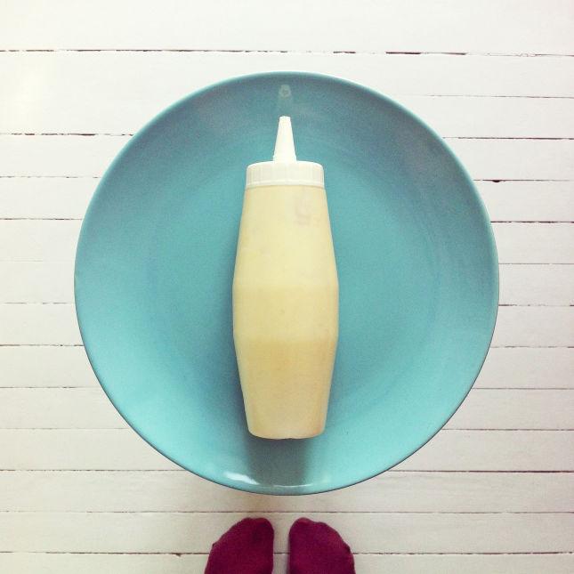 Steg 1: Lag pannekakerøre. Oppskriften gir ca 10 medium store pannekaker. Mos det våte (cottage cheese/yogurt, banan, egg). Dersom du bruker cottage cheese bør den kjøres i food processor sammen med egg og banan slik at det blir helt jevnt. Bland de tørre ingrediensene og rør inn i det våte. Det skal være en ganske tykk røre, men den må gå an å sprute. Juster med mel eller melk til passe tykkelse. Du kan bruke en spruteflaske eller liten plastpose for mer kontroll, men det også bra an å bruke en skje.