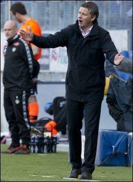 FIRE TAP: Ole Gunnar Solskjær gestikulerer på sidelinja i kampen mot Sogndal på Aker Stadion. Foto: Svein Ove Ekornesvåg, NTB Scanpix