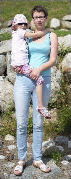 MISTET DATTEREN: Her Natalia sammen med mamma Monica Polbratek. Hun forteller at det har vært viktig for familien at sykehuset tar ansvar for det som skjedde. Foto: KRISTIAN HELGESEN