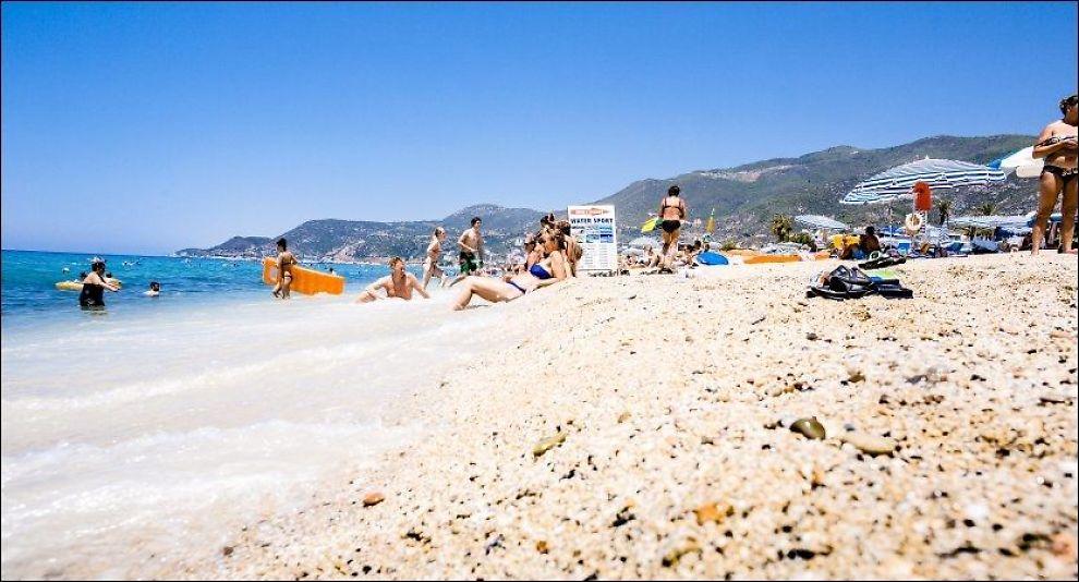 STRAND: Steiner på stranden i Tyrkia kan være deler av historiske monumenter, og det er det strengt forbudt å ta med seg ut av landet. Foto: KRISTER SØRBØ