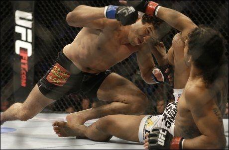 SKUFFET IKKE: Gilbert Melenez (t.v.) debuterte i UFC med tittelkamp. I natt viste han hvorfor han fikk sjansen. Foto: AP