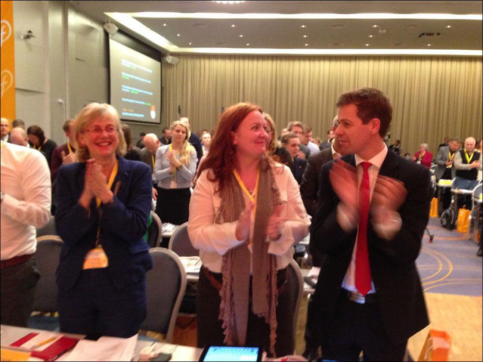 FORNØYDE: Partileder Knut Arild Hareide og nestlederne Dagrun Eriksen og Bjørg Tysdal Moe var fornøyde etter en lang fredag i landsmøtesalen. Foto: Nilas Johnsen